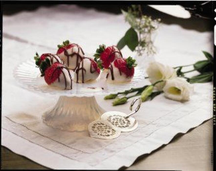 Fresas con chocolate blanco: Las fresas dulces y jugosas se acompañan bi...