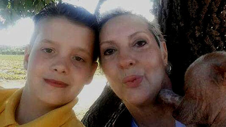 María Glass, sobreviviente de cáncer de seno, con su hijo Bobby.