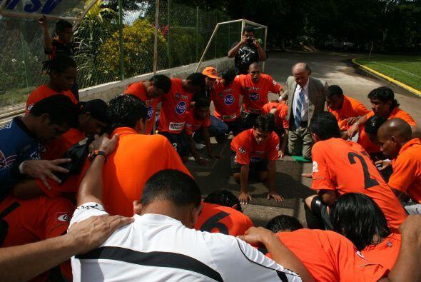 Una última reunión para pedir por la buena suerte del equipo.