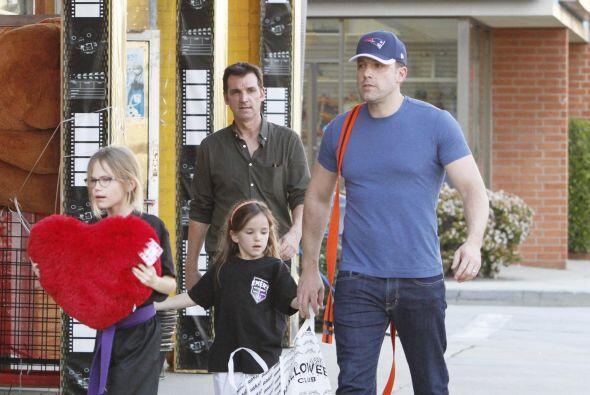 Ben le ayudó a Seraphina con su bolsa llena de dulces.