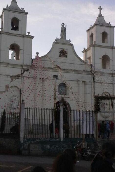 Una iglesia de Guatemala resultó dañada tras el sismo. Fotos de Twitter.