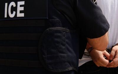 Arrestados cuando ayudan a otro inmigrante en manos de ICE, ¿es legal es...