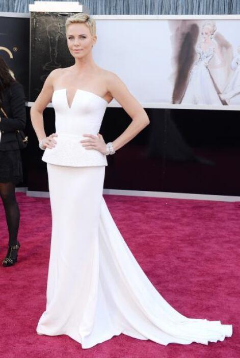 ¡Que alguien le ajuste el vestido a Charlize Theron! Ese escote fue terr...