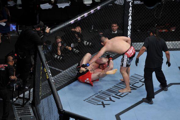 Lesnar estaba tirado pero Caín le seguía infringiendo un gran dolor en e...