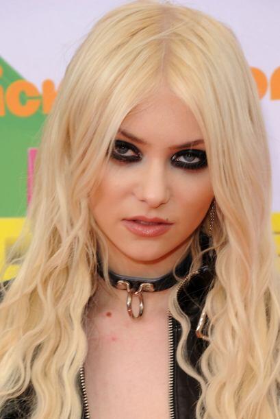 En 2011, Momsen regresó a los premios infantiles Nickelodeon, contagiand...
