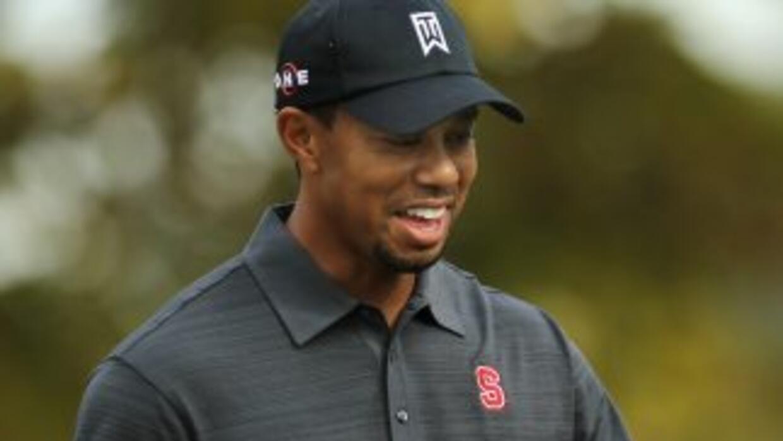 Tiger Woods, quien fue todo sonrisas, vistió una camisa con el logo de s...