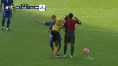 Tarjeta amarilla. El árbitro amonesta a Pablo Battuto Punyed de El Salvador