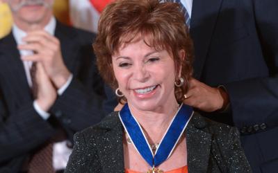 La escritora chilena Isabel Allende durante su condecoración con...