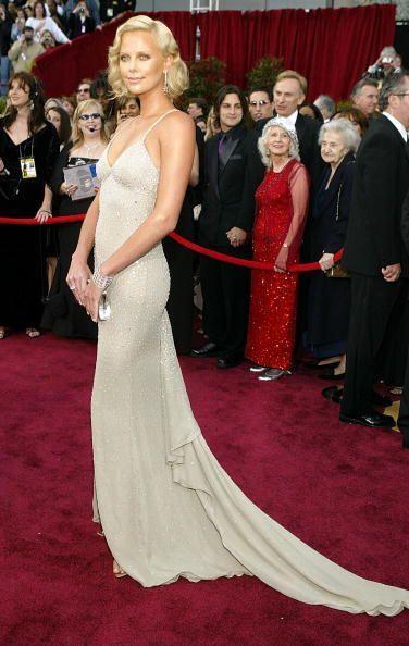 En 2004, Charlize Theron se posicionó como una de las mejores vestidas d...