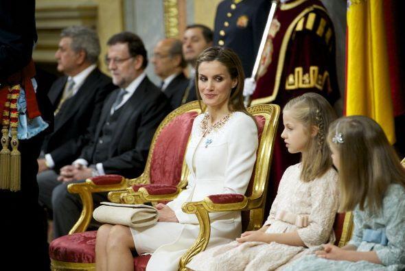 La princesa de Asturias junto a su hermana, se mantenía obediente.