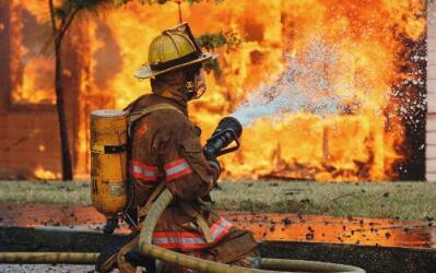 Bombero controlando incendio