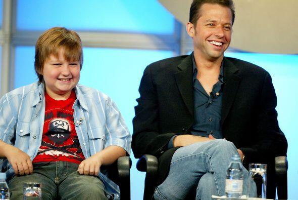 Angus con Jon Cryer, quien interpreta a su padre en el show. Lee aquí lo...