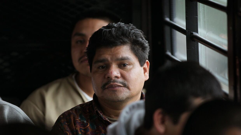 Inmigrantes indocumentados a bordo de un autobús rumbo a un puesto front...