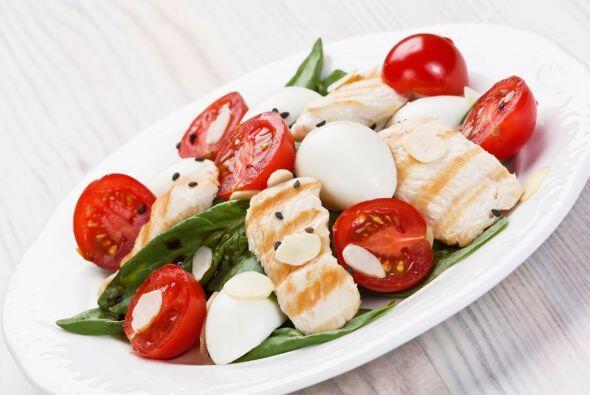 Ensalada proteínica. Mezcla lechugas, 2 oz (57 g) de pollo asado, 1 cuch...