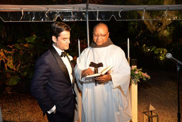 El sacerdote charló unos minutos con el novio, antes de oficiar l...