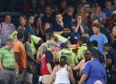 Aficionados observa el accidente en el Turner Field