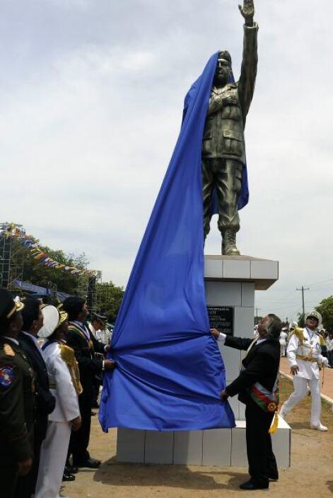 Diversos mandos militares se dieron cita para develar el monumento duran...