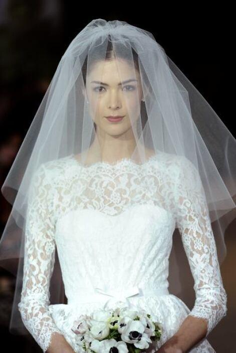 Evita los vestidos de novia corte princesa, con mucho volumen, muchos ho...