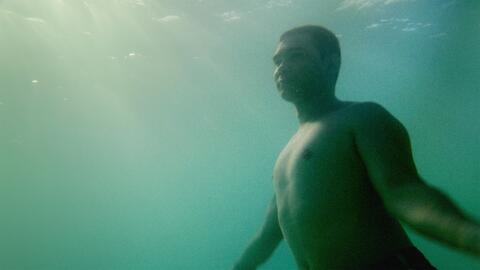 Elián González nada en el mar de su tierra. La pelí...
