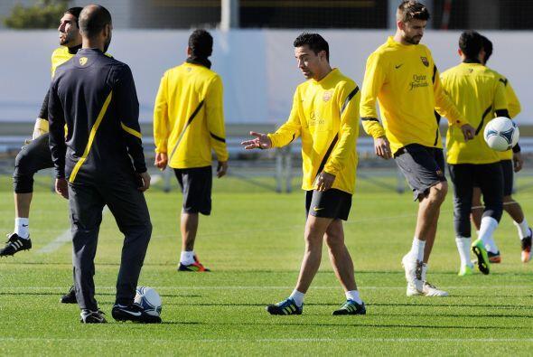 Josep Guardiola, entrenador del club español, hablaba con algunos...