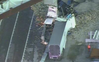 Impresionante choque de un camión contra una columna en construcción en...