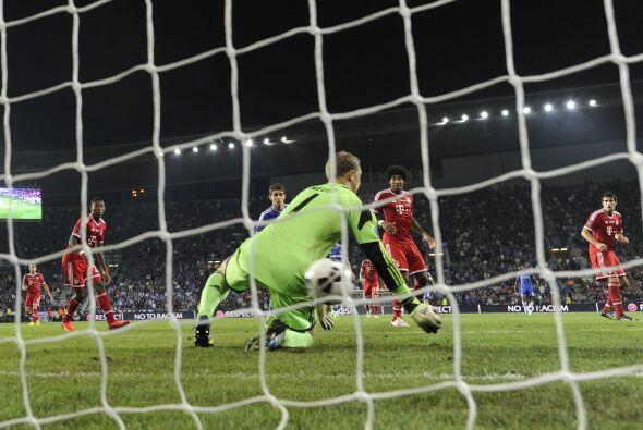 A Neuer se le fue el balón entre los brazos.