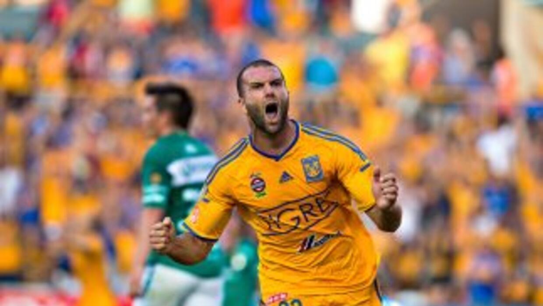 Emanuel Villa festeja su gol frente al León en la jornada dos del Apertu...