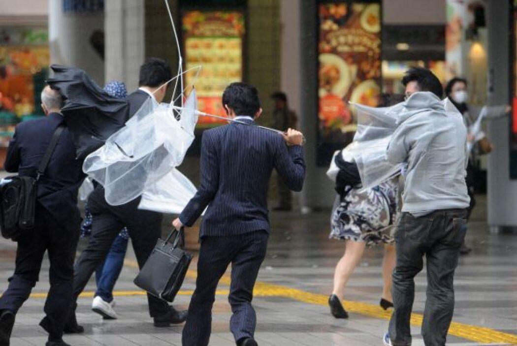 Tras pasar por la capital nipona a primera hora de la mañana, el tifón s...