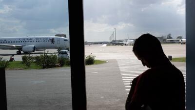 Un pasajero espera su avión con destino a Miami en el Aeropuerto José Martí