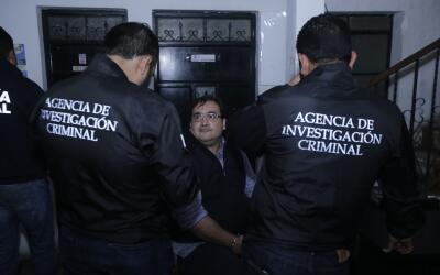 Javier Duarte es escoltado por autoridades de la policía guatemalteca tr...