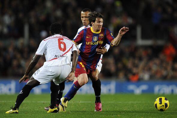 Messi se escapó de varios rivales y cruzó el balón...