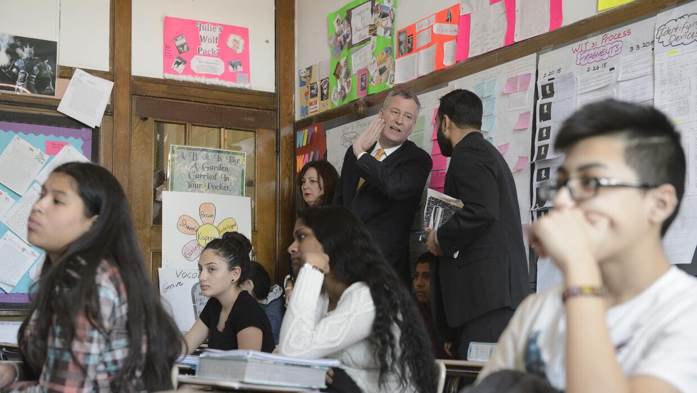 El alcalde Bill de Blasio visita una escuela en NYC