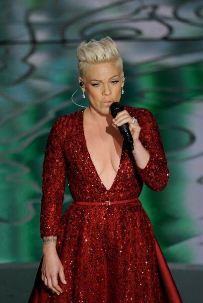 Pink fue otra de las cantantes que lució sin pena un vestido rojo que de...