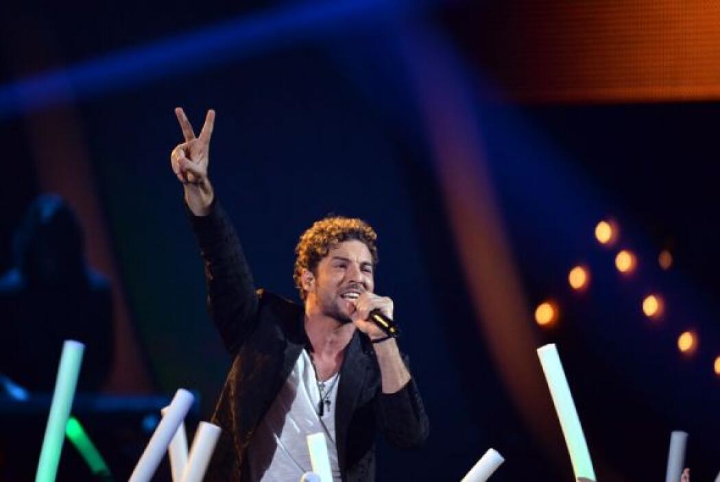 Romance y rock llenaron el escenario de Premios Juventud con la presenci...