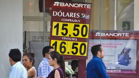 Personas pasan frente a un banco en la Ciudad de México