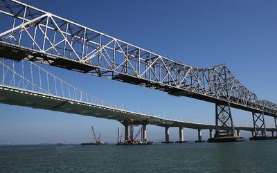 El viejo y el nuevo puente de la bahía de San Francisco. El prime...