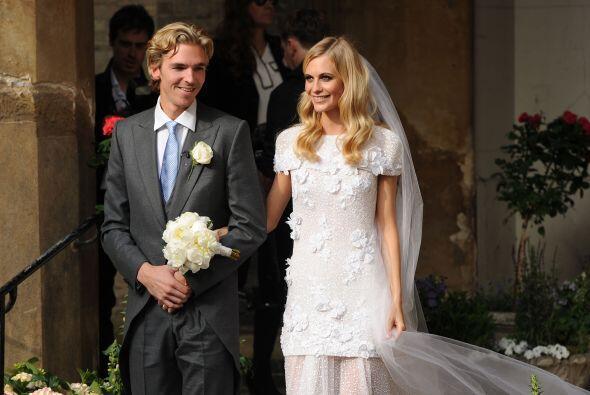 La novia llevó un vestido de la misma firma y el cabello suelto en ondas...