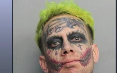 Ante una corte se presentó un hombre de extraña apariencia acusado por p...