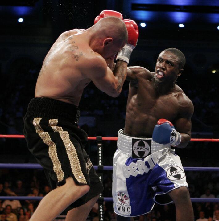 Floyd Mayweather Jr. confirmó rumores y peleará con Andre Berto AP_07092...