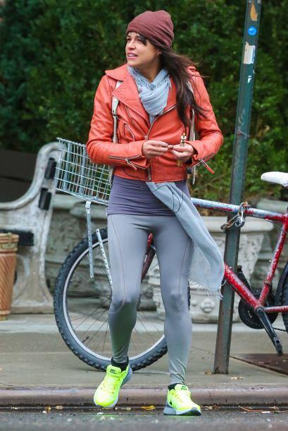 Michelle Rodriguez suele combinarlas con una chamarra de dispiel y unos...