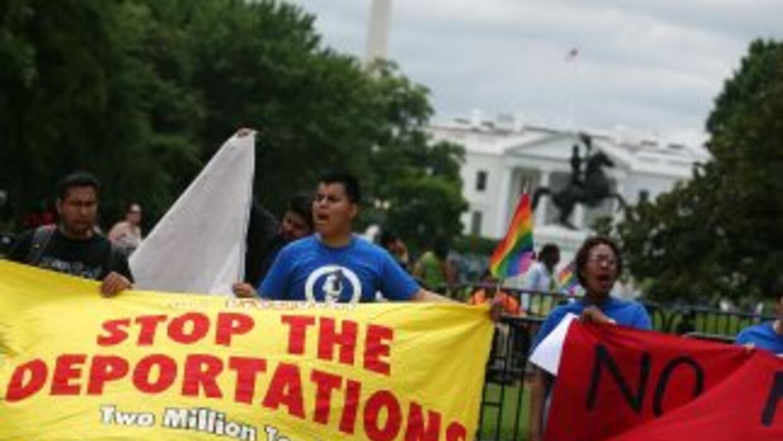 Inmigrantes frente a la Casa Blanca le piden al Presidente Barack Obama...