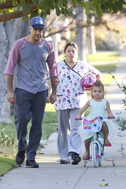 La nena parecía estar muy entretenida con el paseo que dio al lado de su...