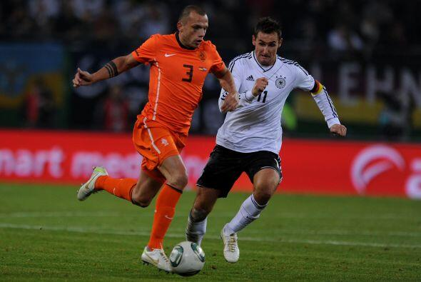 Pese a todo, los holandeses intentaban marcar un gol que les diera ciert...