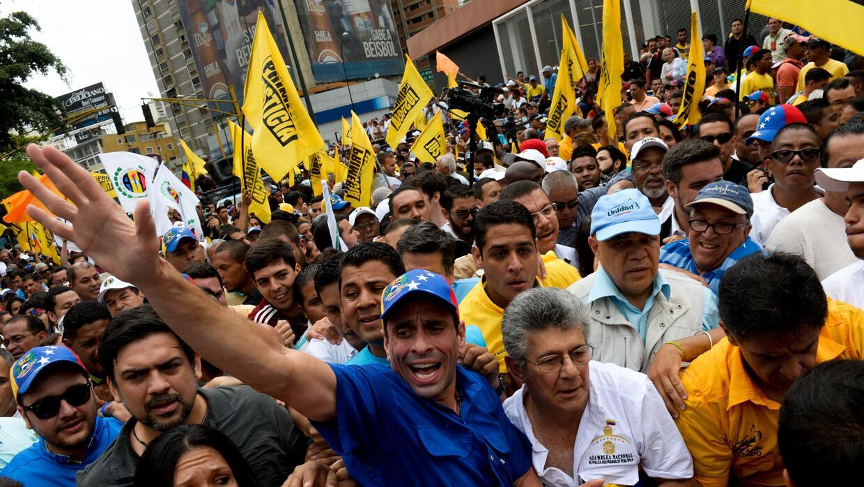 El líder opositor venezolano Henrique Capriles y el presidente de la Asa...
