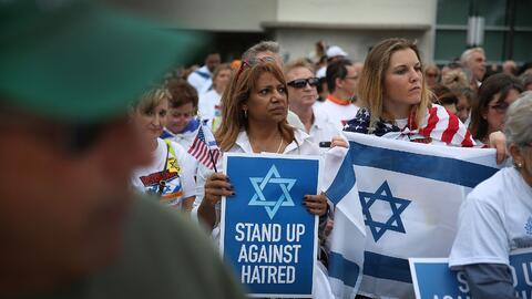 Imagen de archivo de mujeres de la comunidad judía de Miami con pancarta...