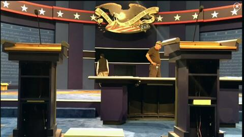 Hillary Clinton pide un banco para estar a la misma altura que Donald Tr...