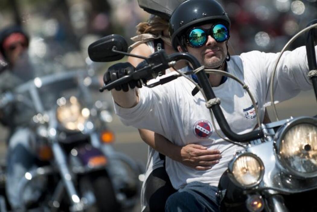 En parejas o solos, los motociclistas disfrutan el largo recorrido.