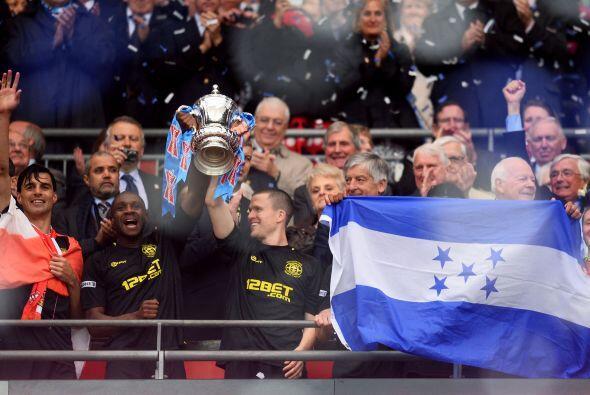 El Wigan recogía al trofeo de campeón de la Copa de Inglat...