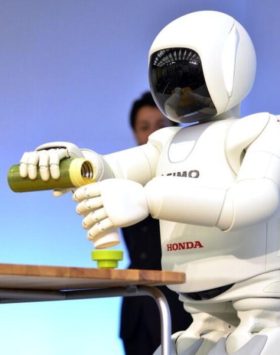 ¿Tienes sed? ASIMO también puede ofrecerte un poco de agua.