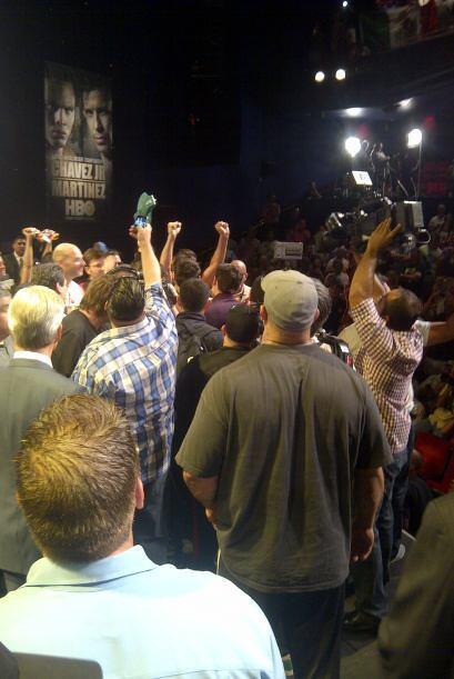 Cada persona aplaudía y chiflaba a su boxeador favorito. todo un espectá...